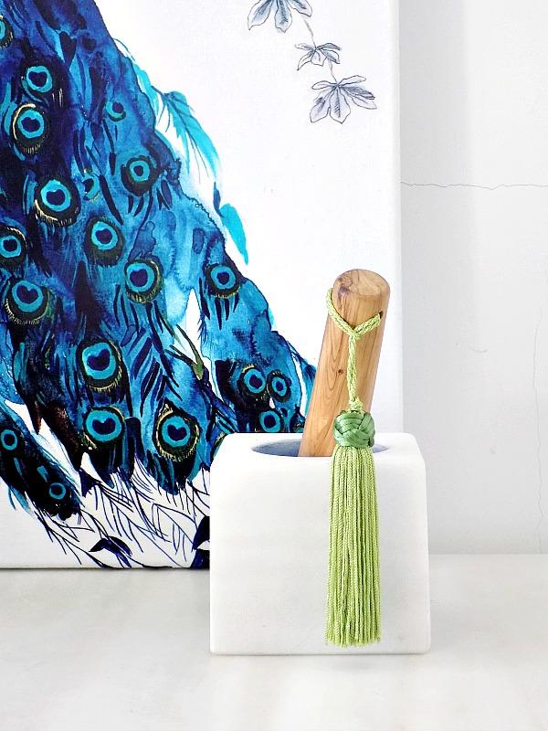 Πετσέτα κουζίνας σαν έργο τέχνης στον τοίχο, μαρμάρινο γουδί