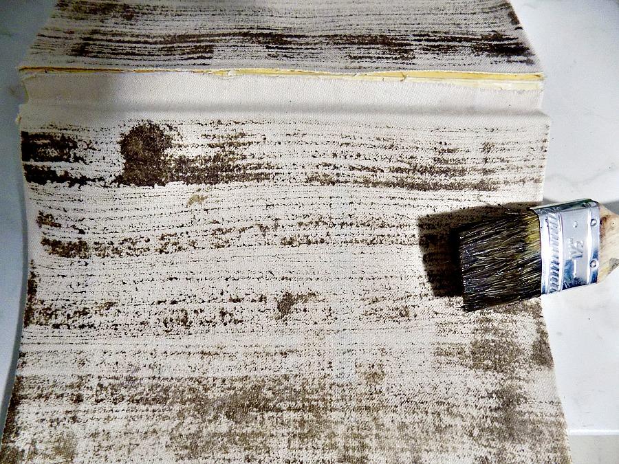 Βάφω το ύφασμα πάνω σε παλιά κλασσικά βιβλία