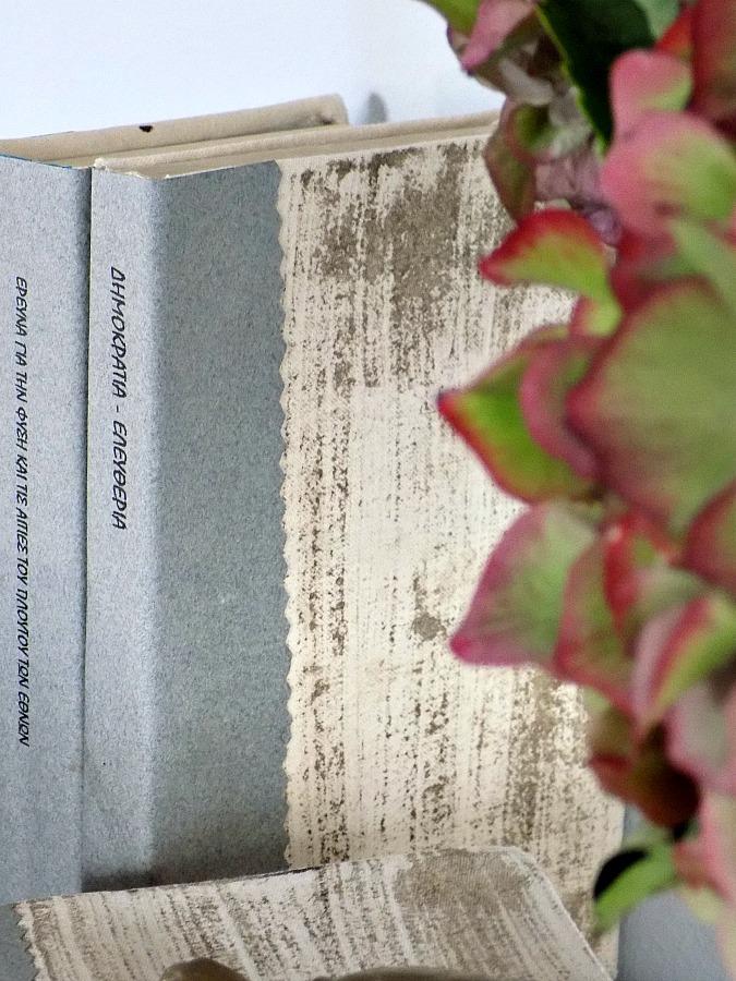 Παλιά κλασσικά βιβλία,  πανέμορφες ροζ-πράσινες ορτανσίες