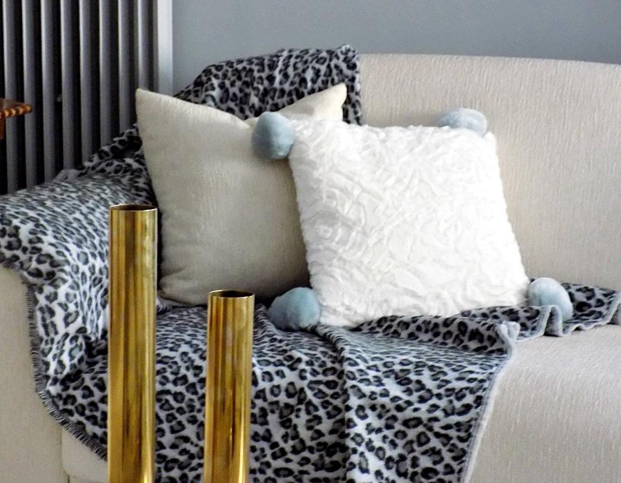 Χειμωνιάτικη διακόσμηση σαλονιού, γούνινα μαξιλάρια και ριχτάρια