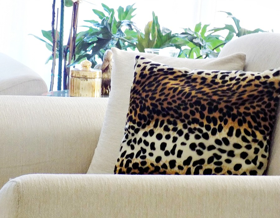 Χειμωνιάτικη διακόσμηση σαλονιού, γούνινα μαξιλάρια με animal print