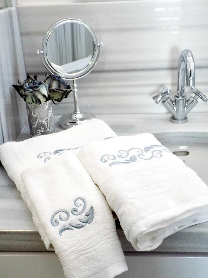 5 κόλπα για ένα κομψό μπάνιο, λευκές κομψές, αφράτες πετσέτες