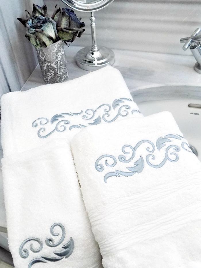 5 κόλπα για ένα κομψό μπάνιο, λευκές κομψές πετσέτες