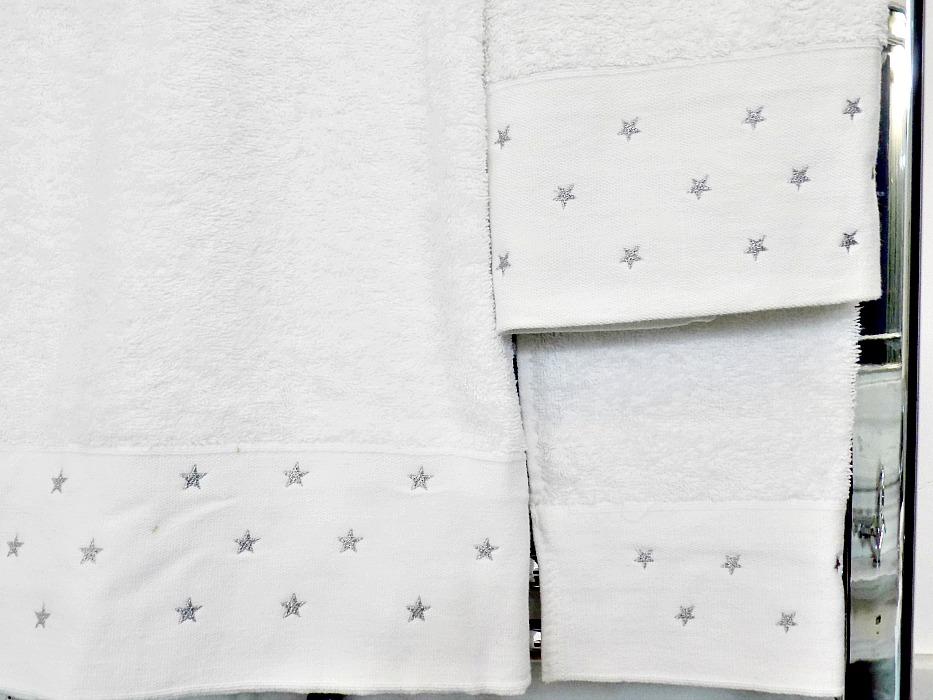 5 κόλπα για ένα κομψό μπάνιο, λευκές, αφράτες πετσέτες