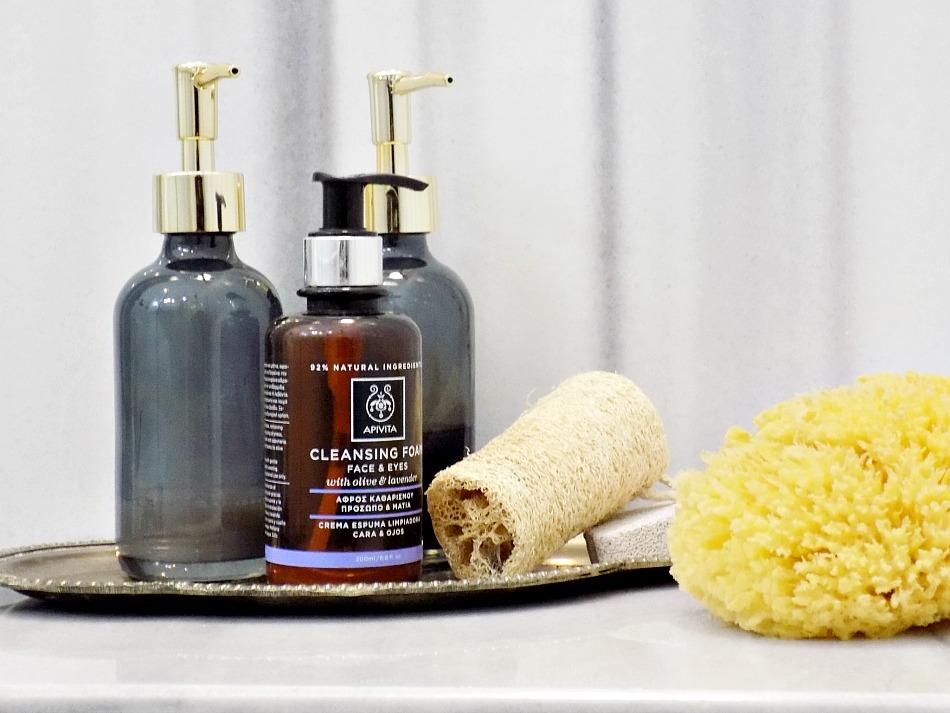 5 κόλπα για ένα κομψό μπάνιο,  σαπούνια, σφουγγάρια και μπουκάλια πολυτελείας