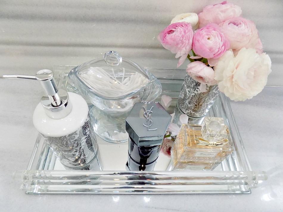 5 κόλπα για ένα κομψό μπάνιο, όμορφος δίσκος για τα μπουκαλάκια μας πάνω στον πάγκο, ροζ μπουκέτο με λουλούδια