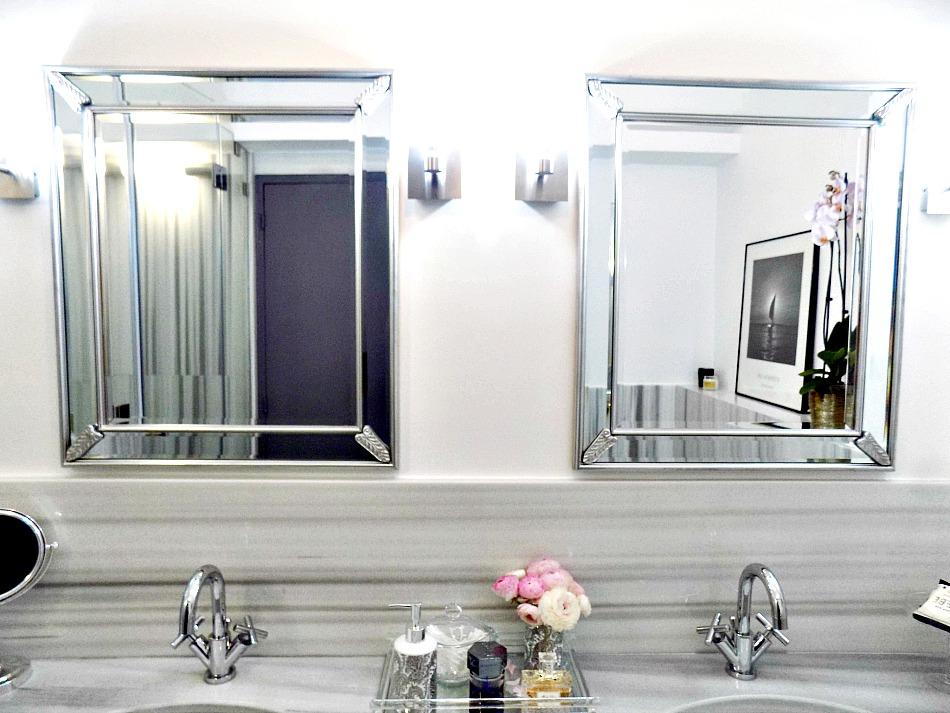 Ασημένιοι καθρέφτες και αξεσουάρ μπάνιου, πάγκος νιπτήρων από μάρμαρο