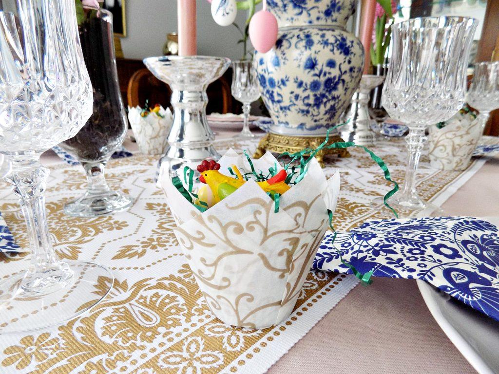 Φωλιές πουλιών φτιαγμένες από θήκες cupcakes πάνω στο πασχαλινό τραπέζι
