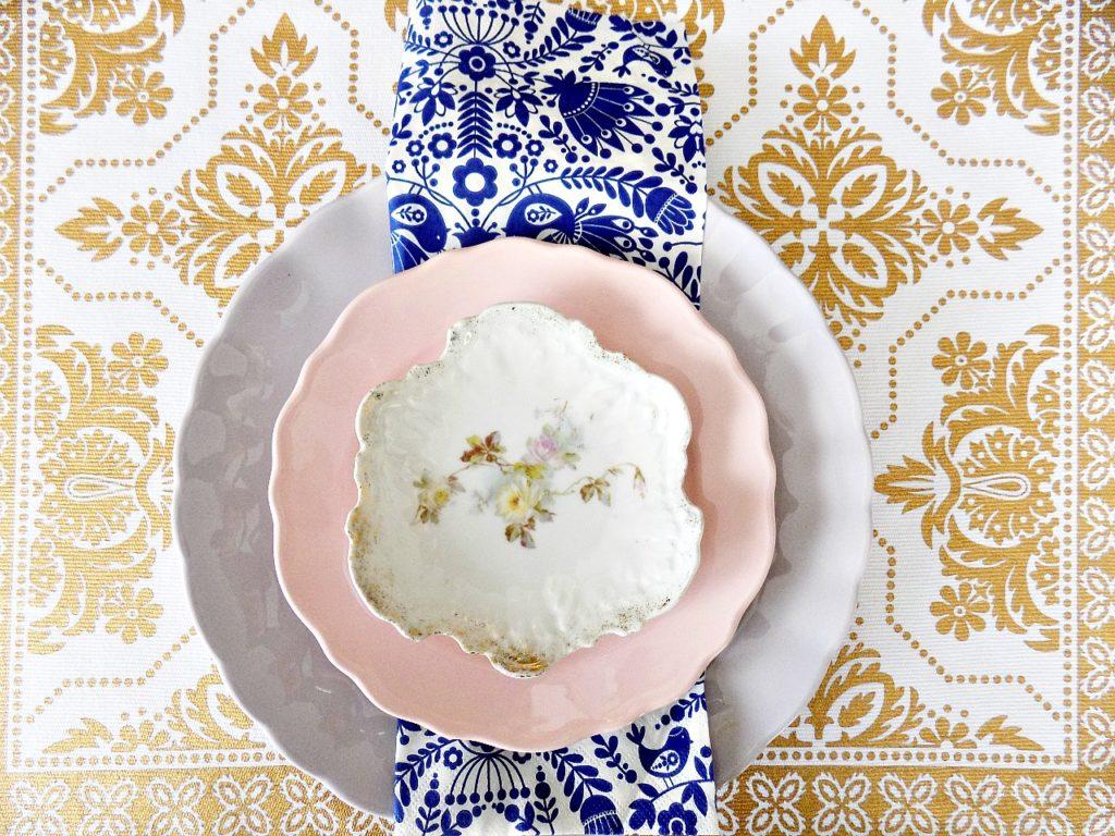 Πασχαλινό τραπέζι, πιάτα σε χρώματα της λεβάντας και του ροζ, μπλε chinoiserie style χαρτοπετσέτα