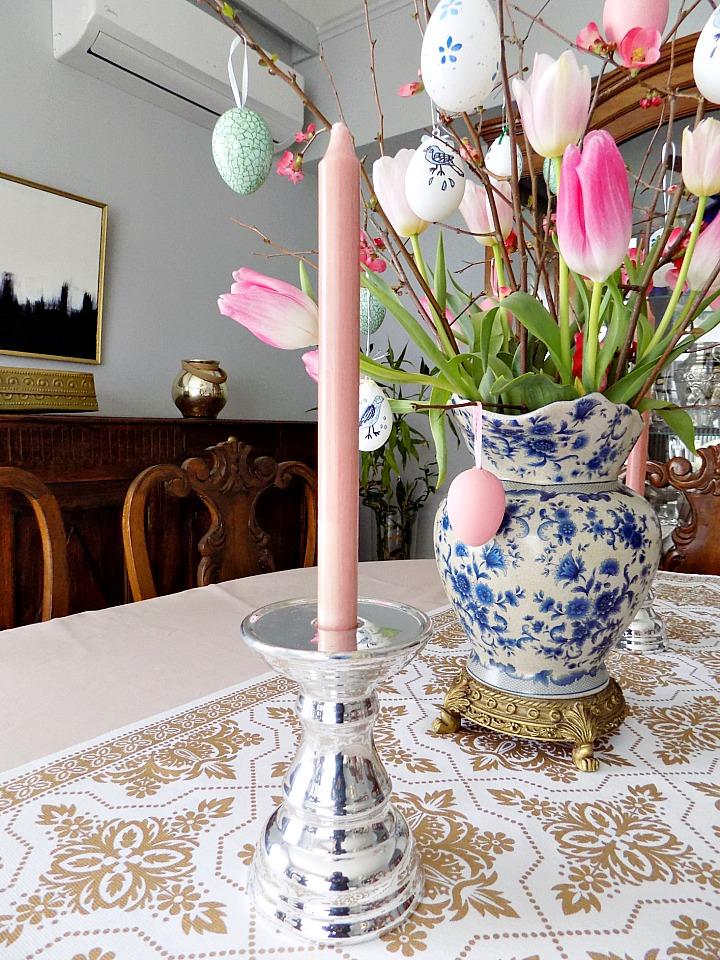 Μπλε και άσπρη πορσελάνη, ροζ τουλίπες και ροζ κεριά
