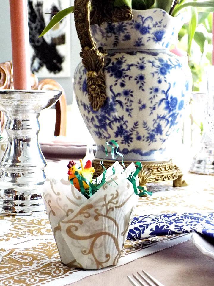 Ιδέες διακόσμησης για το Πασχαλινό τραπέζι μας, ανθοδοχείο μπλε και άσπρη πορσελάνη, ροζ κεριά