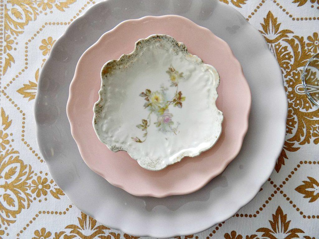 Πασχαλινό τραπέζι, πιάτα σε χρώματα ροζ και λεβάντας. vintage πιατάκι
