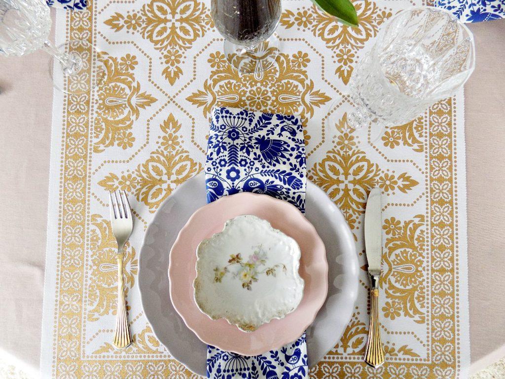 Πασχαλινό τραπέζι,  πιάτα σε χρώματα της λεβάντας και του ροζ, μπλε chinoiserie style χαρτοπετσέτα, χρυσά μαχαιροπήρουνα