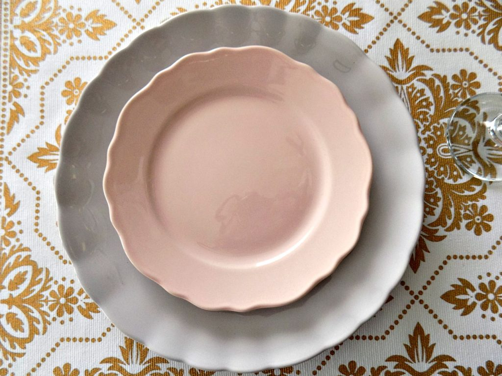 Πασχαλινό τραπέζι, πιάτα σε χρώμα ροζ και λεβάντας