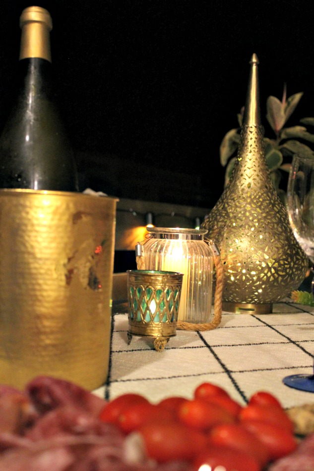 Νύχτες καλοκαιριού στη βεράντα, κεριά, φώτα και κρύο κρασί