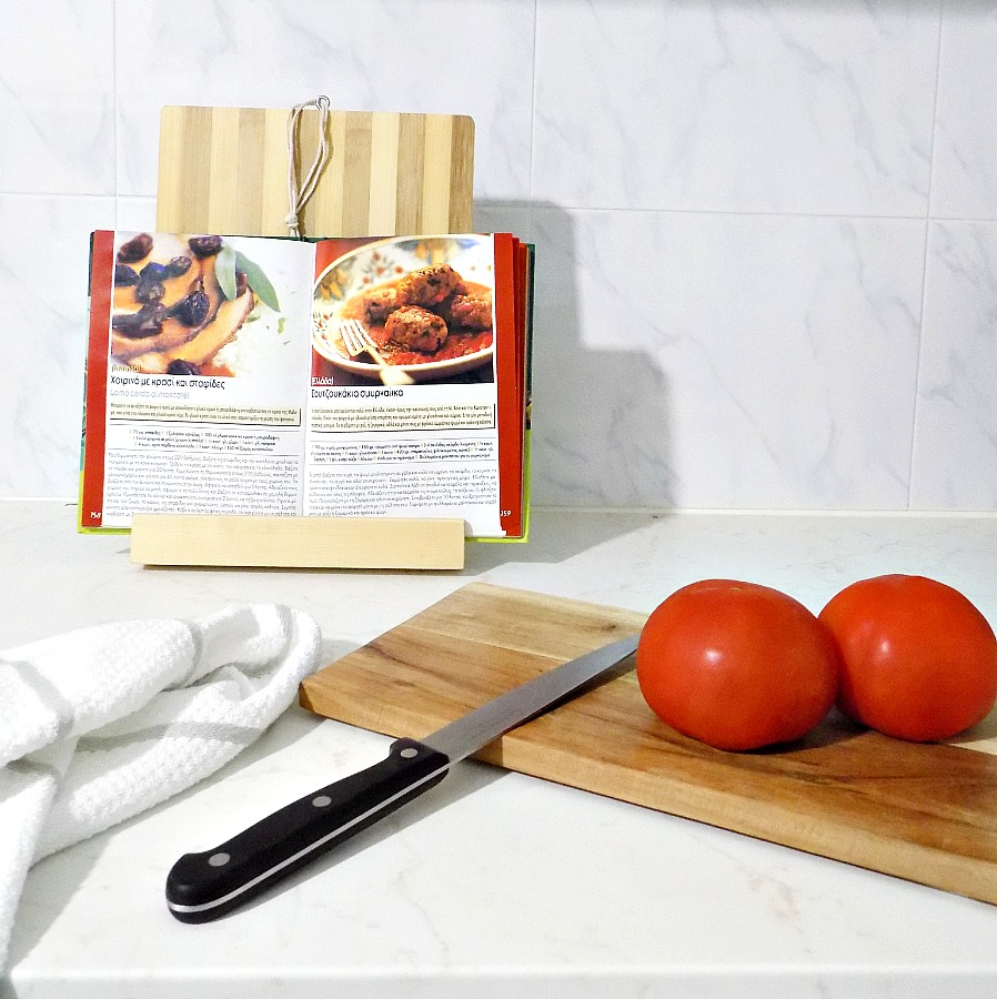 Ξύλο κοπής γίνεται βάση για βιβλία μαγειρικής