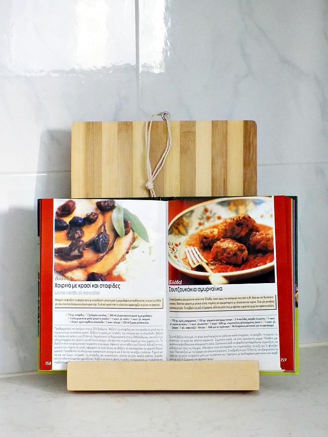 Ένα ξύλο κοπής έγινε σταντ για βιβλία μαγειρικής
