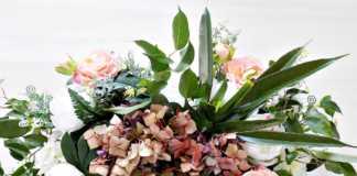 Ανθοσύνθεση με αληθινά και ψεύτικα λουλούδια