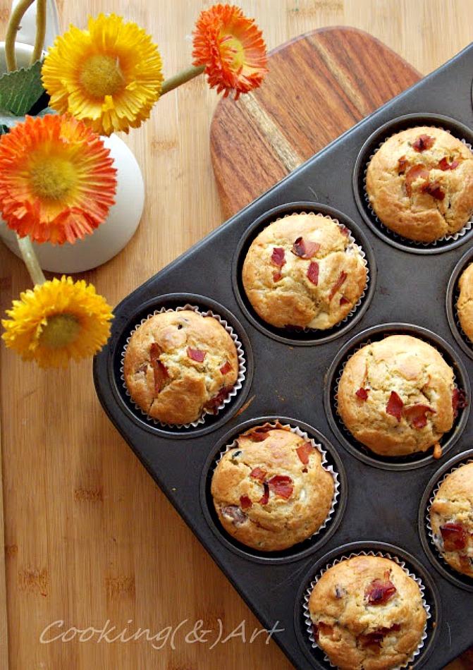 Αλμυρά muffins με φέτα, ελιές , κάπαρη, μπέικον
