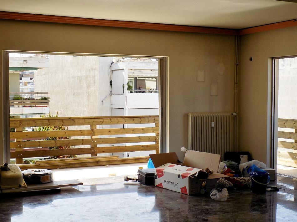 Ανακαίνιση βεράντας στο καινούργιο σπίτι, καινούργια ξύλινα κάγκελα