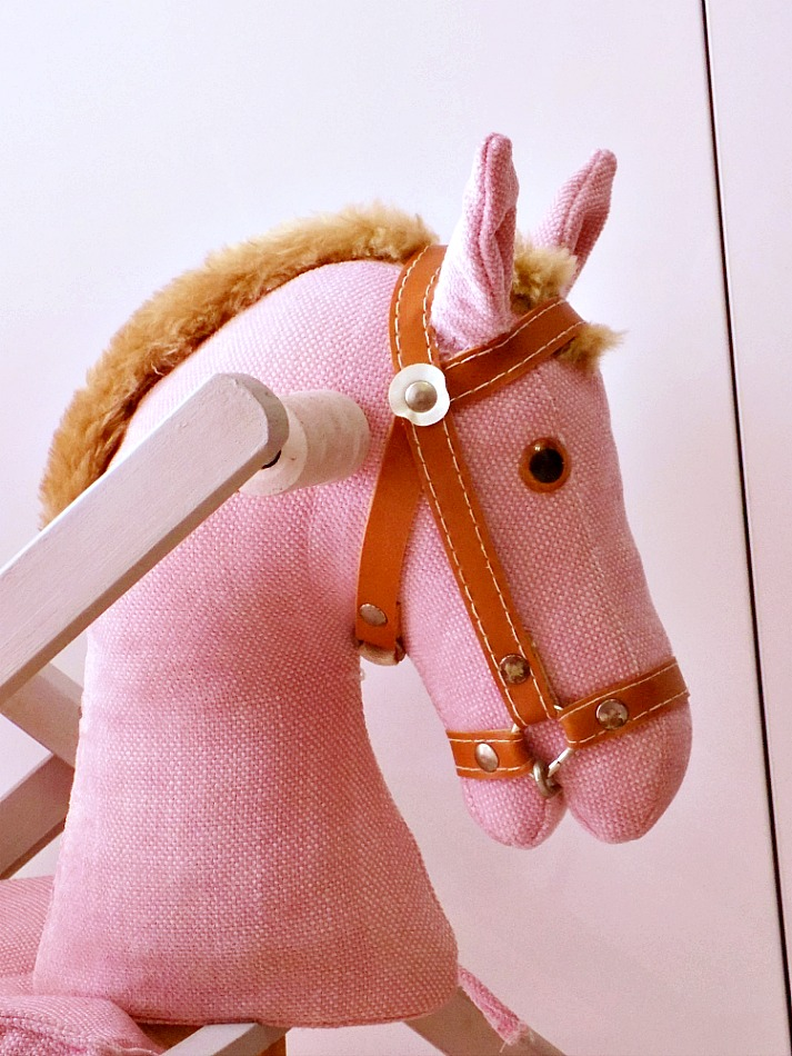 Ροζ ξύλινο αλογάκι