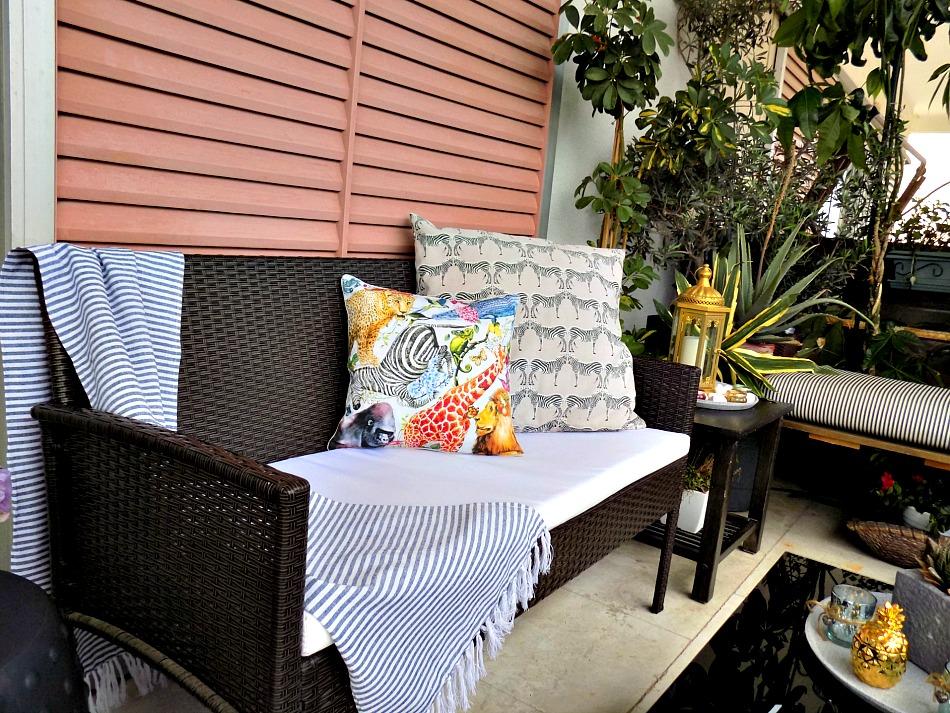 Ανακαίνιση βεράντας στο καινούργιο σπίτι, καναπέδες και μαξιλάρια