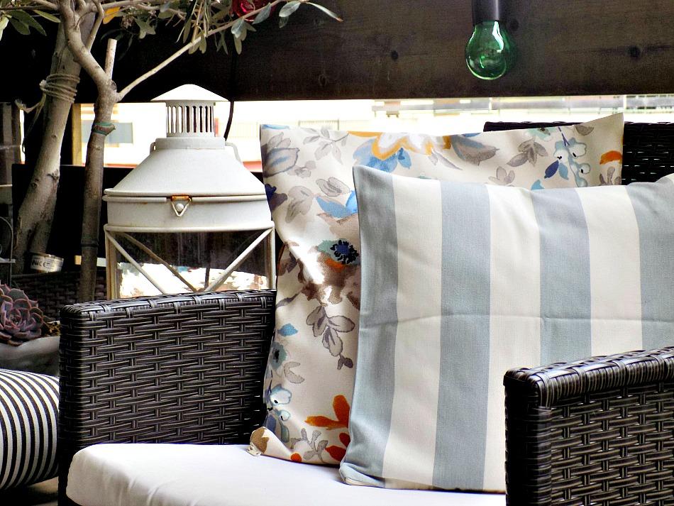 Ανακαίνιση βεράντας στο καινούργιο σπίτι, stripes and floral pillows