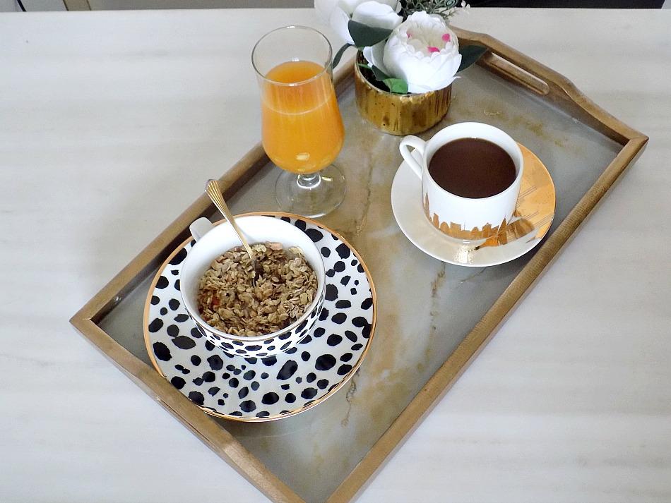 Μπρούτζινος δίσκος με μάρμαρο για το πρωινό μας
