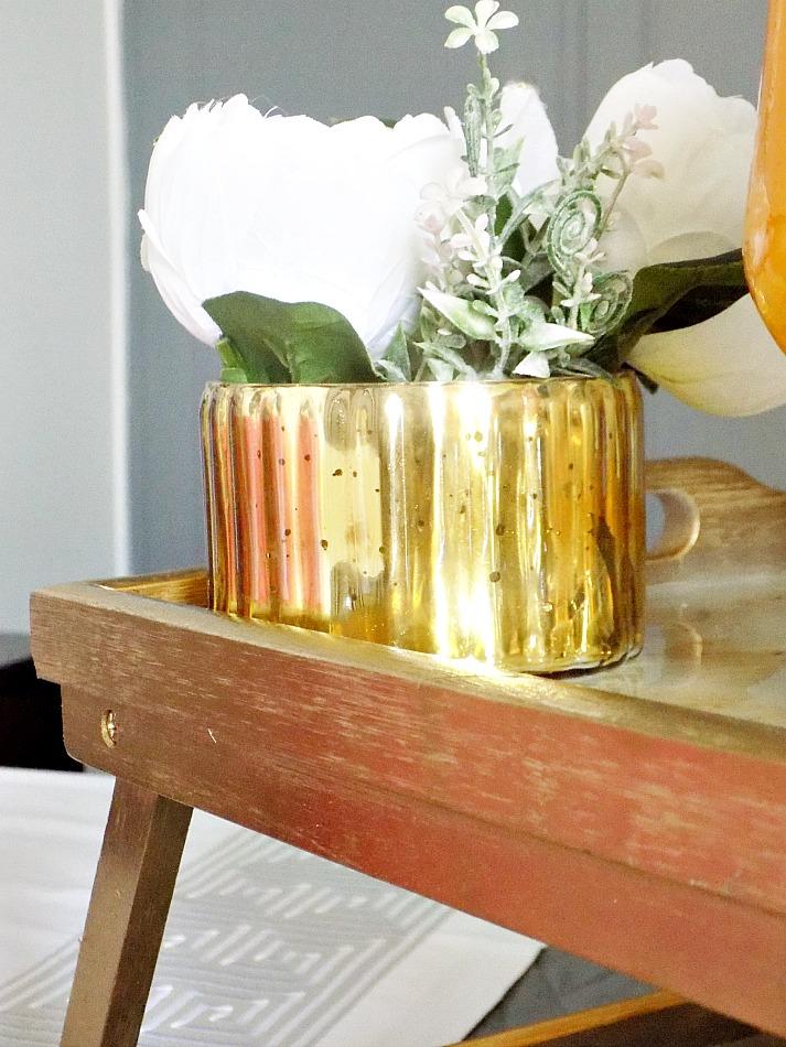 Μπρούτζινος δίσκος με μάρμαρο , χρυσό βάζο με λουλούδια
