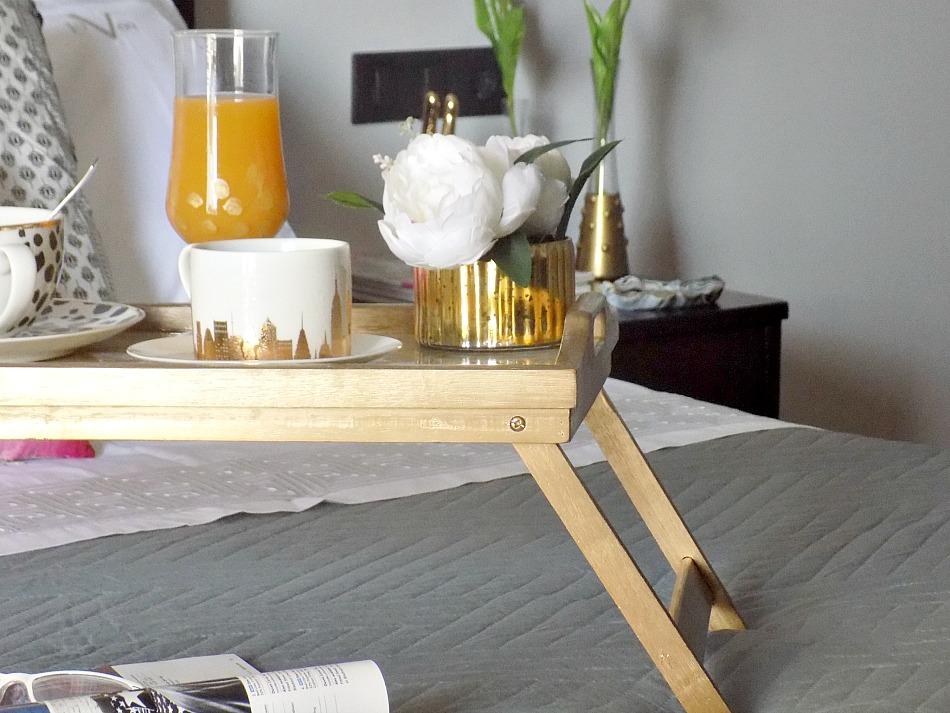 Μπρούτζινος δίσκος με μάρμαρο φτιαγμένο από υγρό γυαλί, πρωινό στο κρεβάτι
