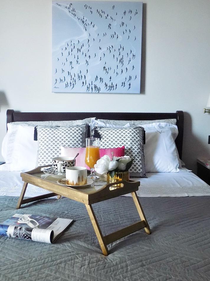 Μπρούτζινος δίσκος με μάρμαρο για το πρωινό στο κρεβάτι