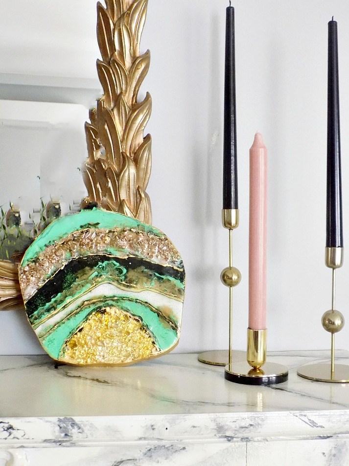 Αχάτης πάνω σε ξύλο με υγρό γυαλί, χρώματα, φύλλα χρυσού και γκλίτερ
