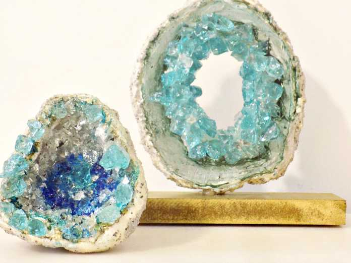Πέτρες γεώδια από πηλό και κρύσταλλα