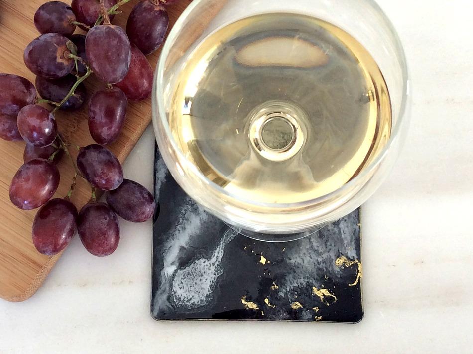 Δίσκος κοπής με τεχνοτροπία μάρμαρο, Black, white, gold resin coasters, grapes, melissanthi white dry wine