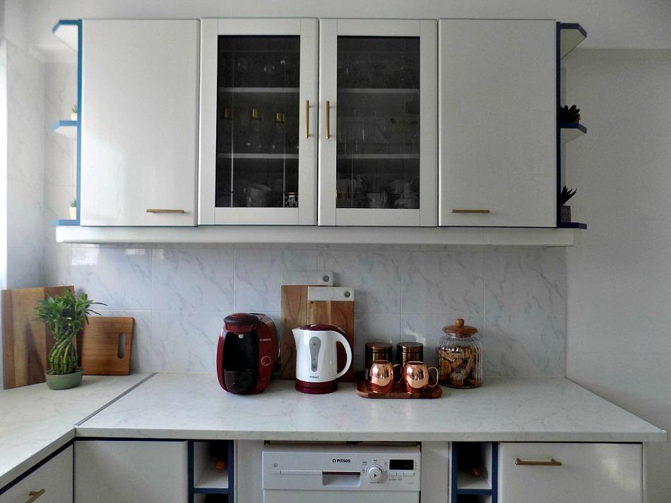 Κουζίνα μετά την ανακαίνιση, λευκά ντουλάπια, πλακάκια μάρμαρο