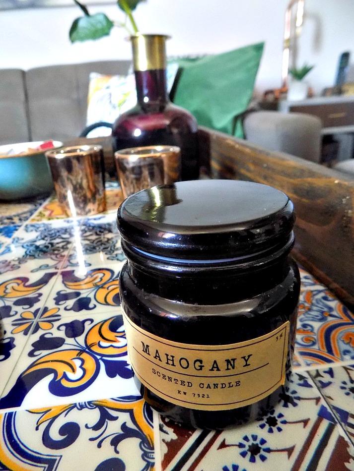 Ξύλινος δίσκος στο καθημερινό καθιστικό μας, αρωματικά κεριά