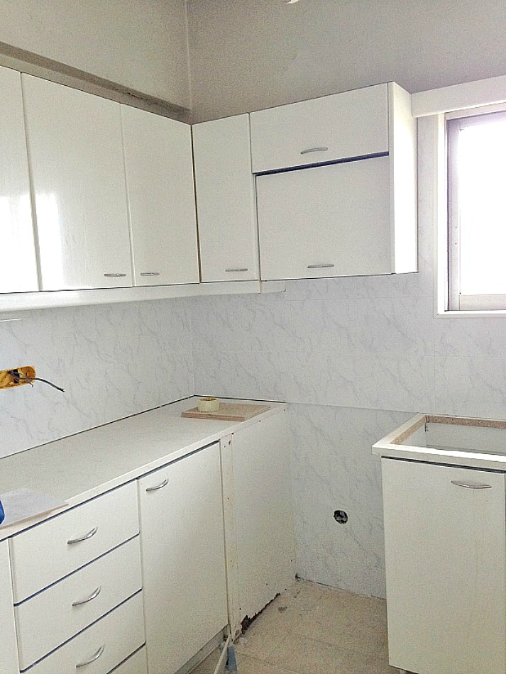 White marble tiles backsplash