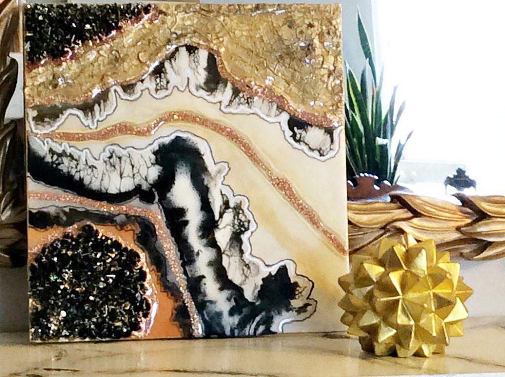 Υφές και γήινοι τόνοι σε ένα πίνακα φτιαγμένο με υγρό γυαλί