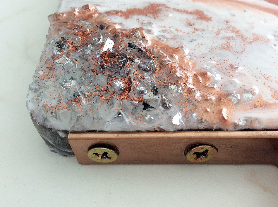 Υγρό γυαλί με κρύσταλλα, Crystals and glitter with epoxy resin on a serving board