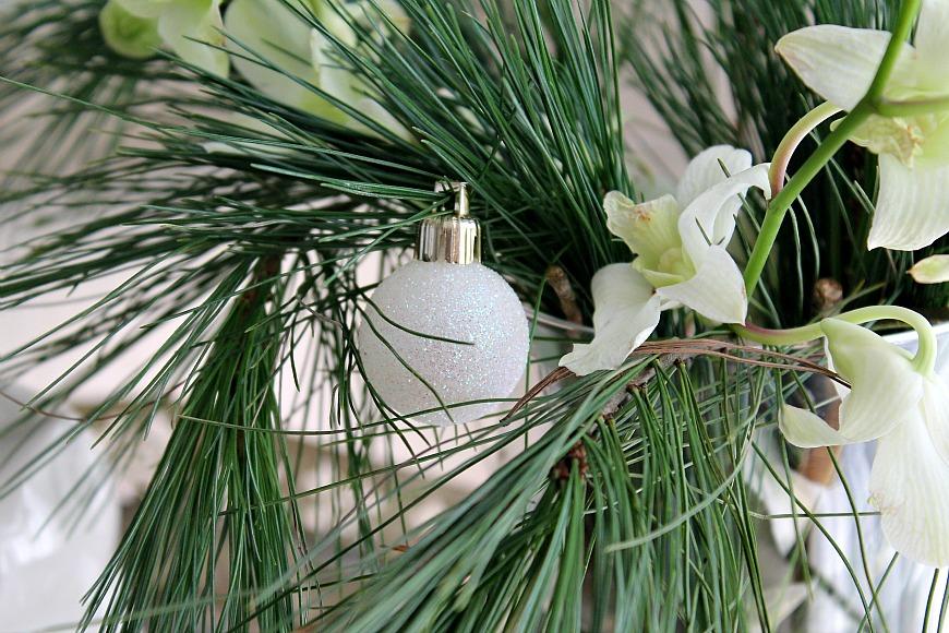 Χριστούγεννα 2015, κλαδιά πεύκου και λευκές ορχιδέες
