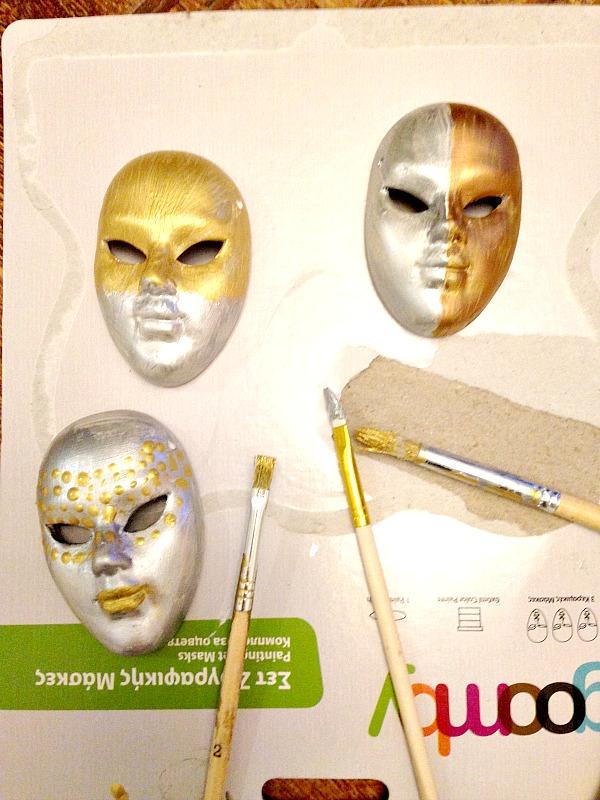 Μάσκες βαμμένες με μεταλλικά χρώματα