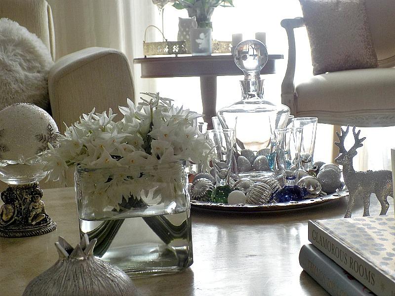 Χριστούγεννα 2015, λευκά λουλούδια ασημένια διακοσμητικά