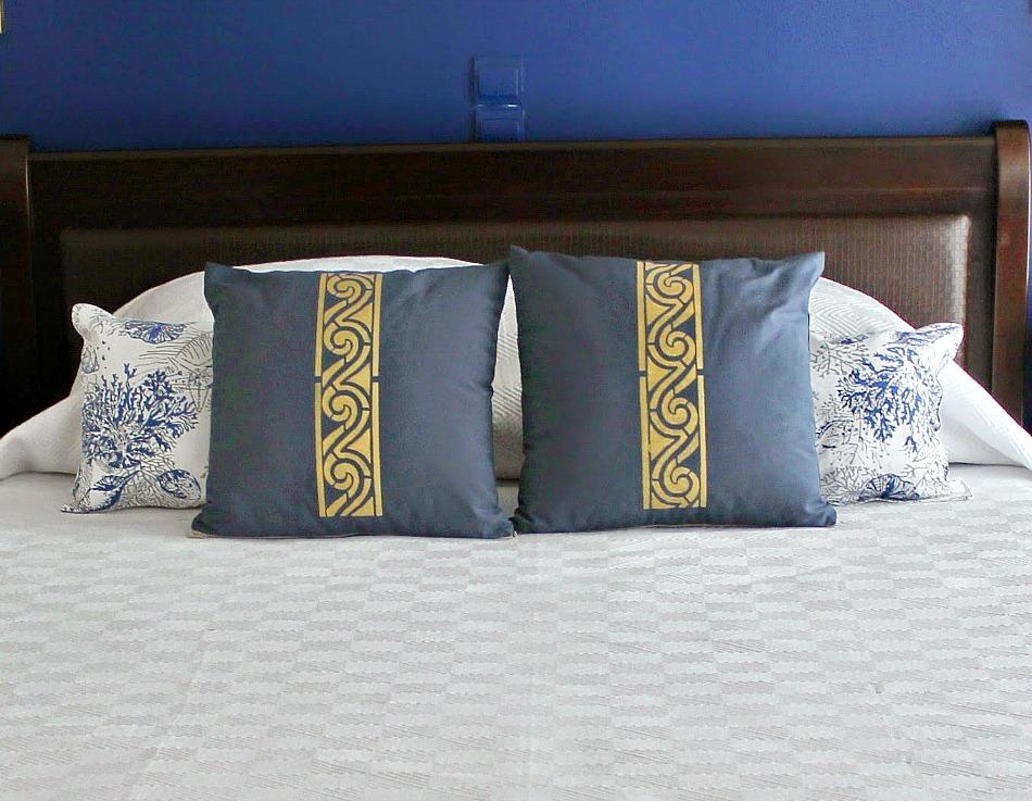 Ιδέες για διακοσμητικές θήκες μαξιλαριών diy, blue pillows with stencil