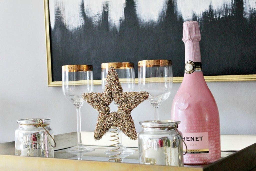 Χριστουγεννιάτικη διακόσμηση στην τραπεζαρία, ροζ μπουκάλι σαμπάνιας