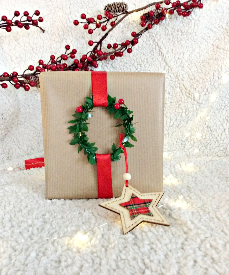 Ιδέες για το τύλιγμα των δώρων τα Χριστούγεννα, χαρτί κραφτ, μικρό στεφάνι, αστέρι