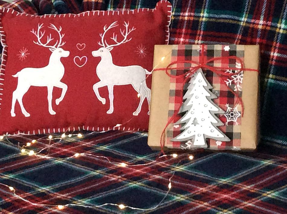 Ιδέες για το τύλιγμα των δώρων τα Χριστούγεννα, χαρτί κραφτ, ξύλινο δέντρο, καρό κορδέλλα