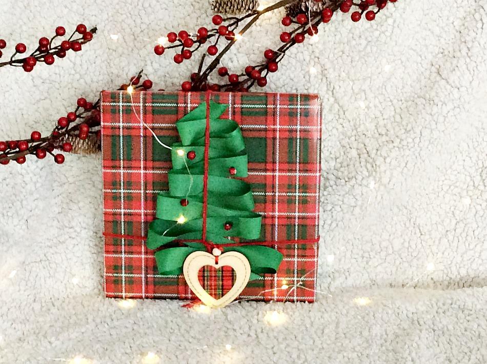 Ιδέες για το τύλιγμα των δώρων τα Χριστούγεννα, καρό χαρτί, χριστουγεννιάτικο δέντρο από σατέν κορδέλλα