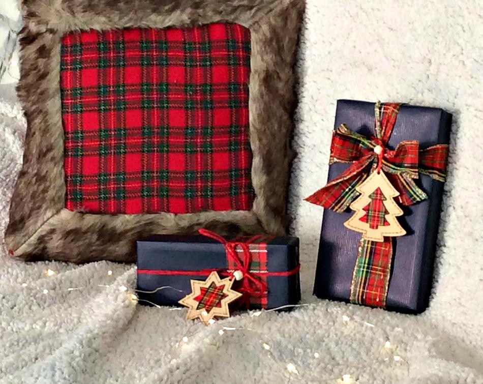 Ιδέες για το τύλιγμα των δώρων τα Χριστούγεννα, μπλε χαρτί, καρό κορδέλλα, ξύλινο στολίδι