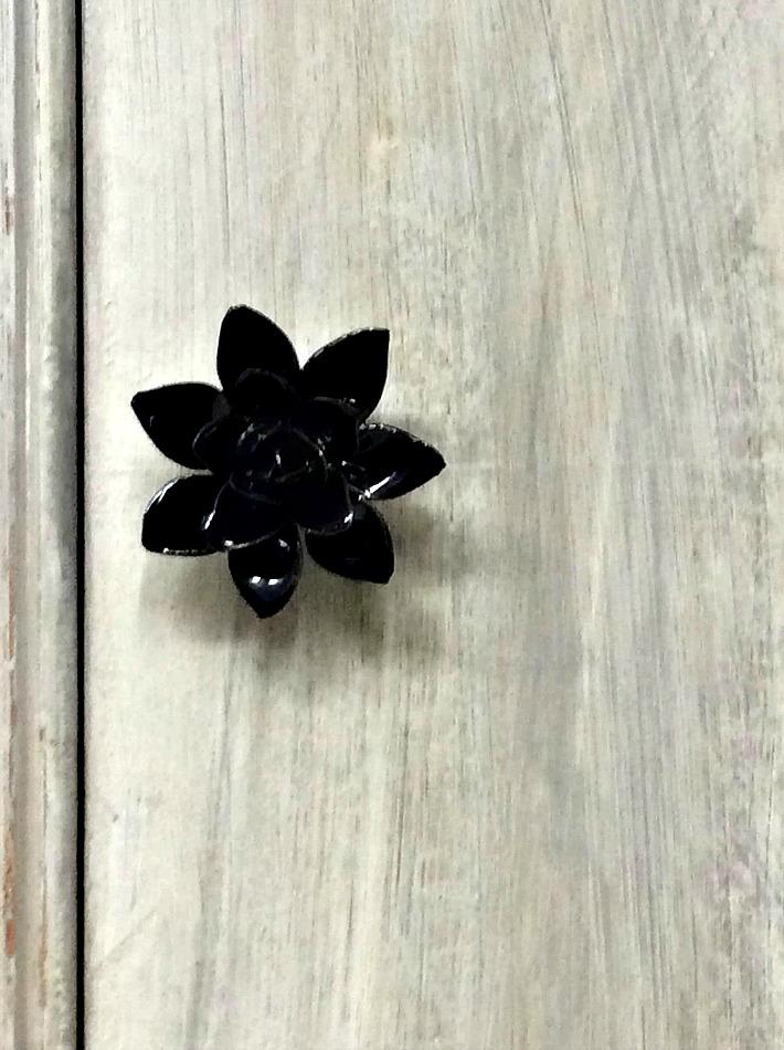 Μεταμόρφωση vintage τουαλέτας σε έπιπλο TV, πόμολο μαύρο λουλούδι