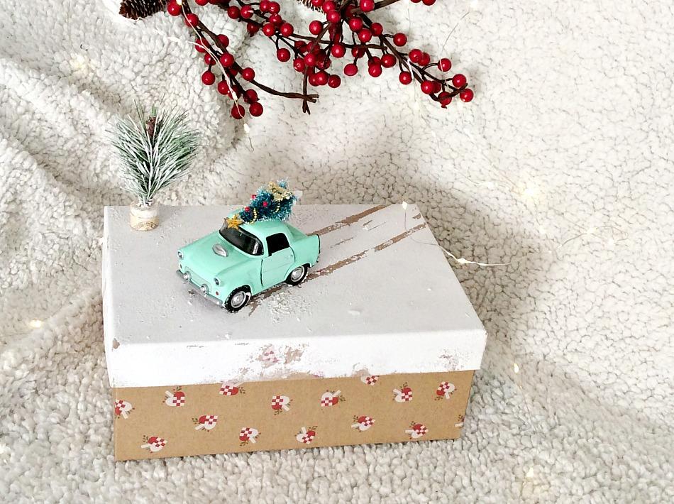 Ιδέες για το τύλιγμα των δώρων τα Χριστούγεννα, χειμωνιάτικο σκηνικό πάνω σε ένα καπάκι κουτιού